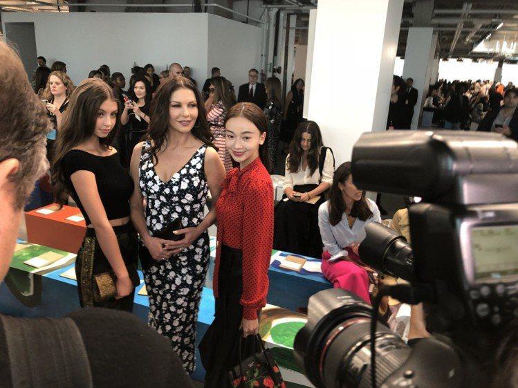 吳謹言(右)與凱薩琳麗塔瓊斯和她女兒Carys合影。圖/記者楊詩涵攝影