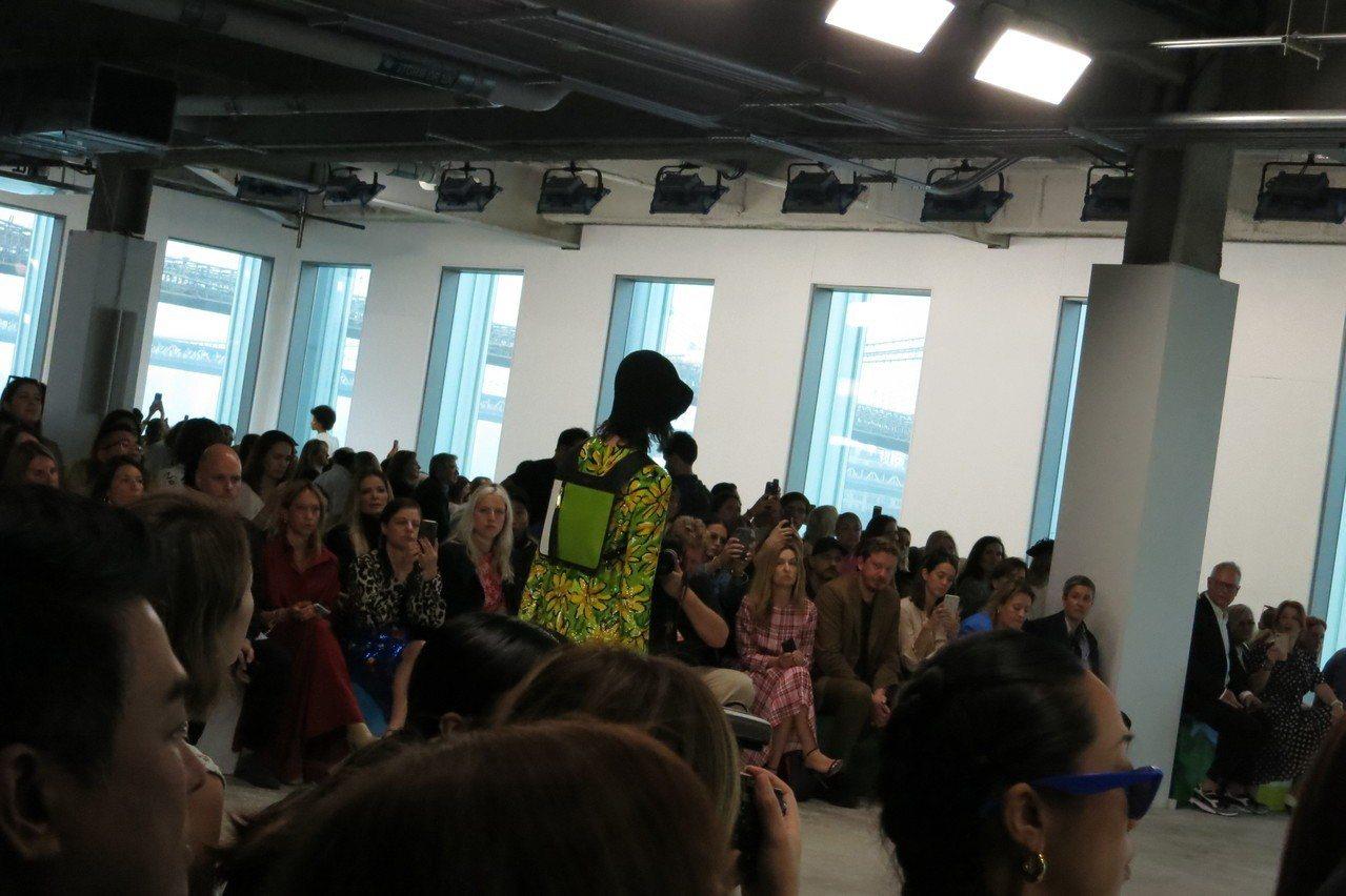 方正、扁平的後背包是MICHAEL KORS 2019春夏系列的配件看點。記者楊...