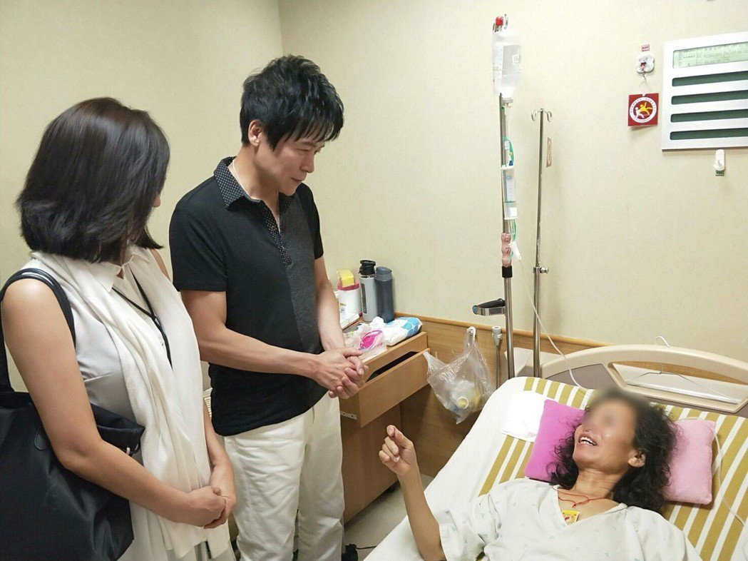 洪榮宏(中)偕愛妻(左)探視生病的粉絲。圖/華特音樂提供