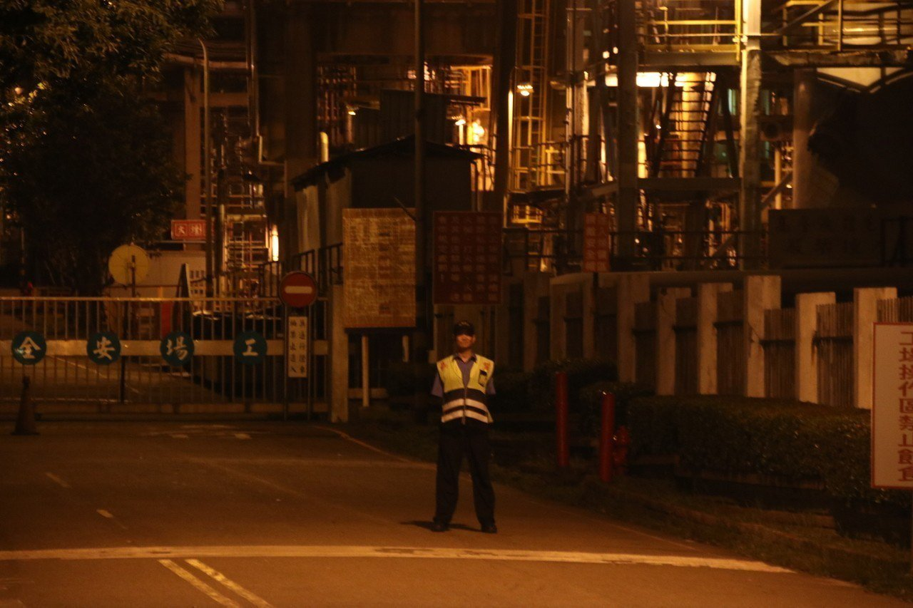 桃煉廠燃燒油氣引發火光,民眾誤以為火警。記者曾健祐/攝影