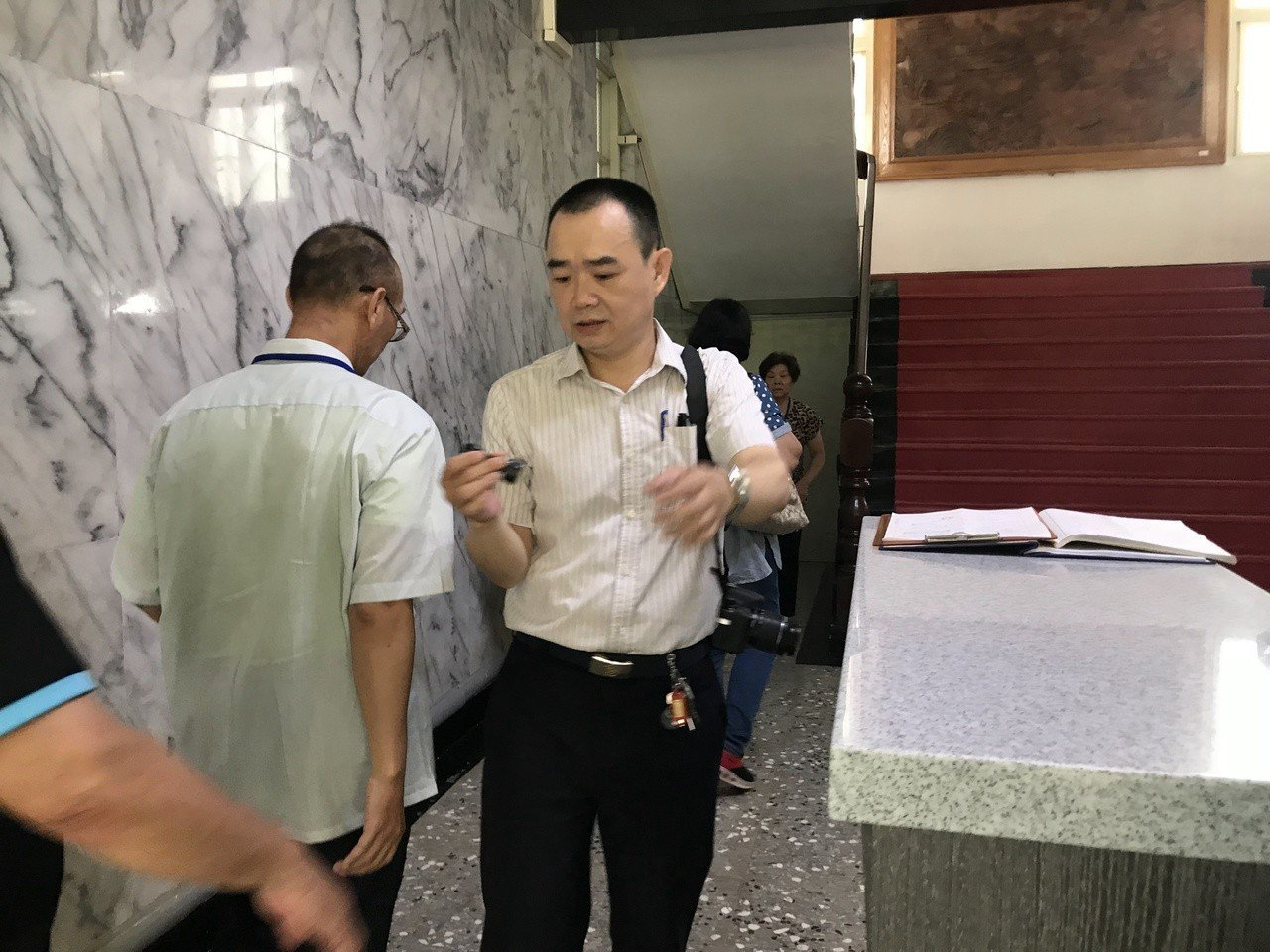謝志宏哥哥(左)一早在所內等候懇親時間。記者綦守鈺/攝影