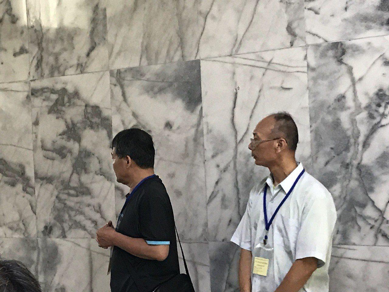 謝志宏哥哥(右)一早在所內等候懇親時間。記者綦守鈺/攝影