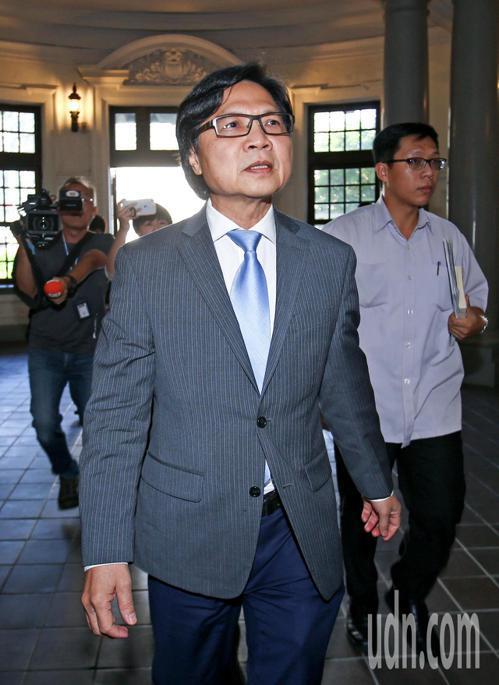 教育部長葉俊榮上午赴監察院接受約詢,面對提問不發一語,表情嚴肅。記者陳柏亨/攝影