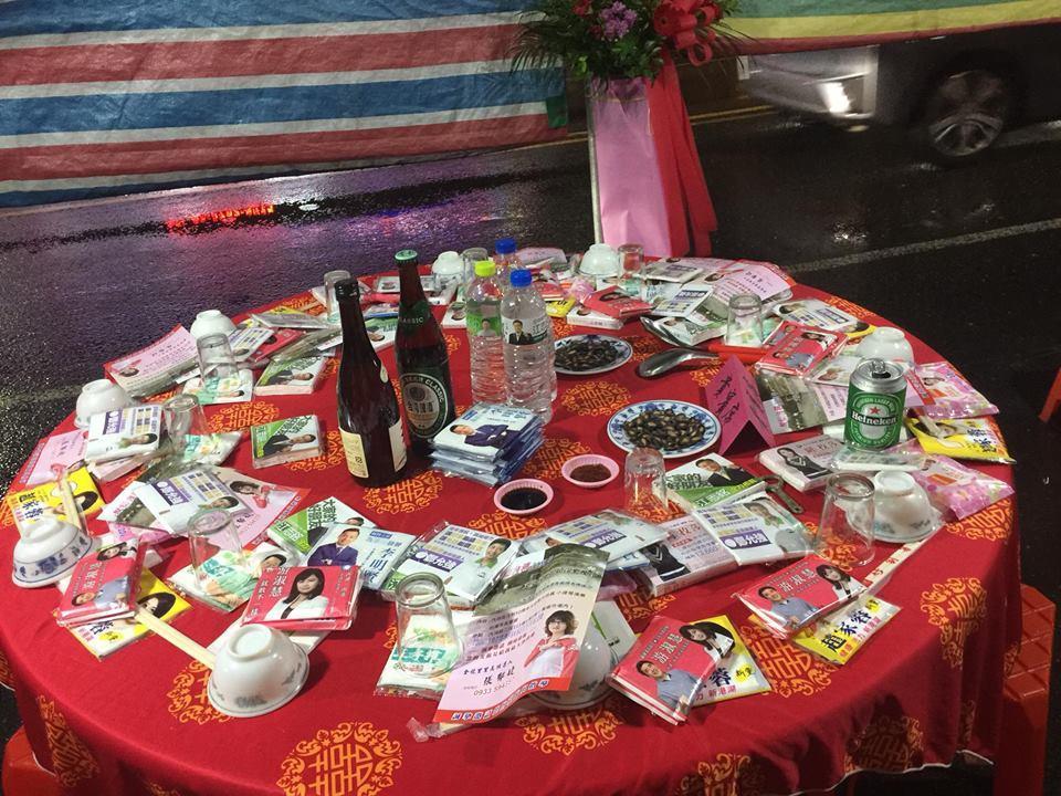 台北市議員李建昌日前到內湖金龍路金碧宮參加28周年慶活動餐敘,赫見「貴賓席」桌上...