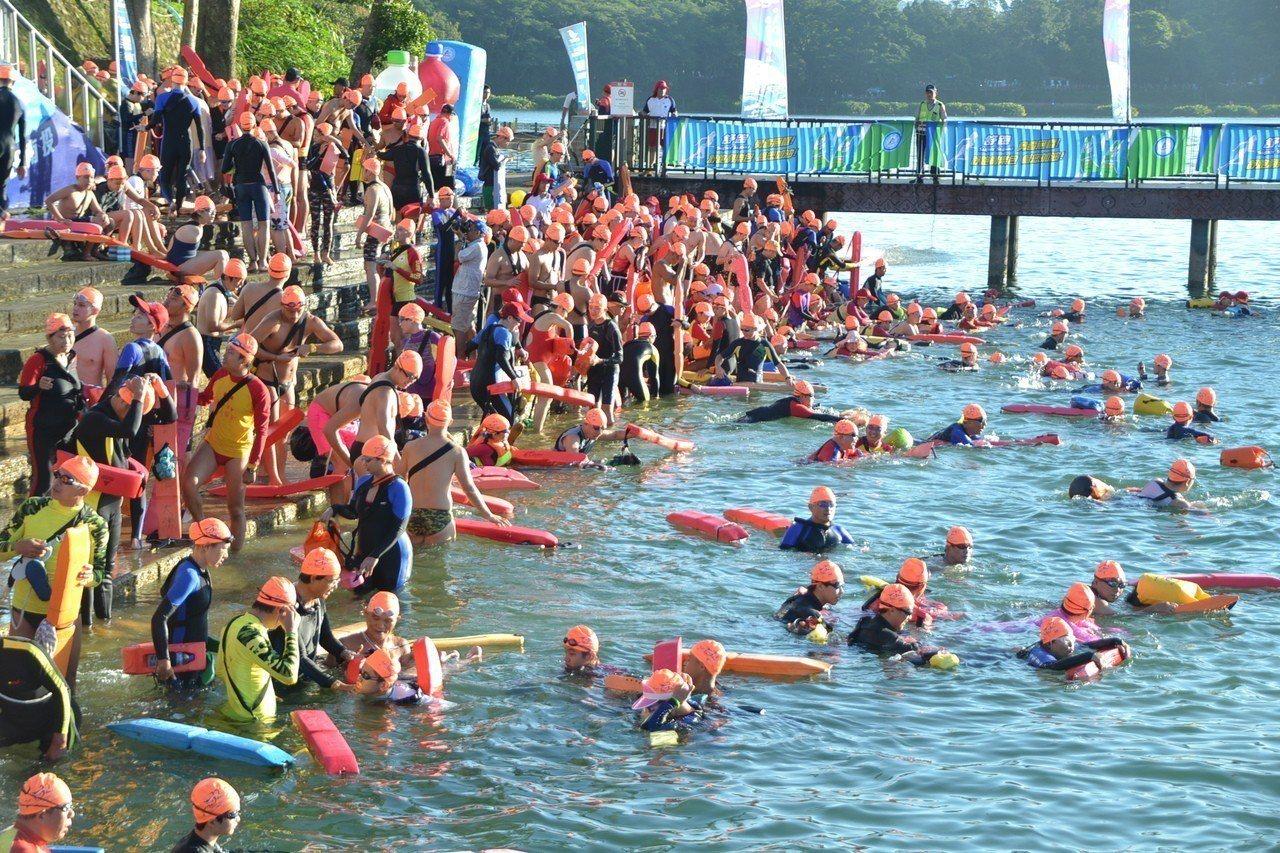每年都有2萬多人等著參加泳渡日月潭,今年碰上颱風能否如期舉行,南投縣政府今天下午...