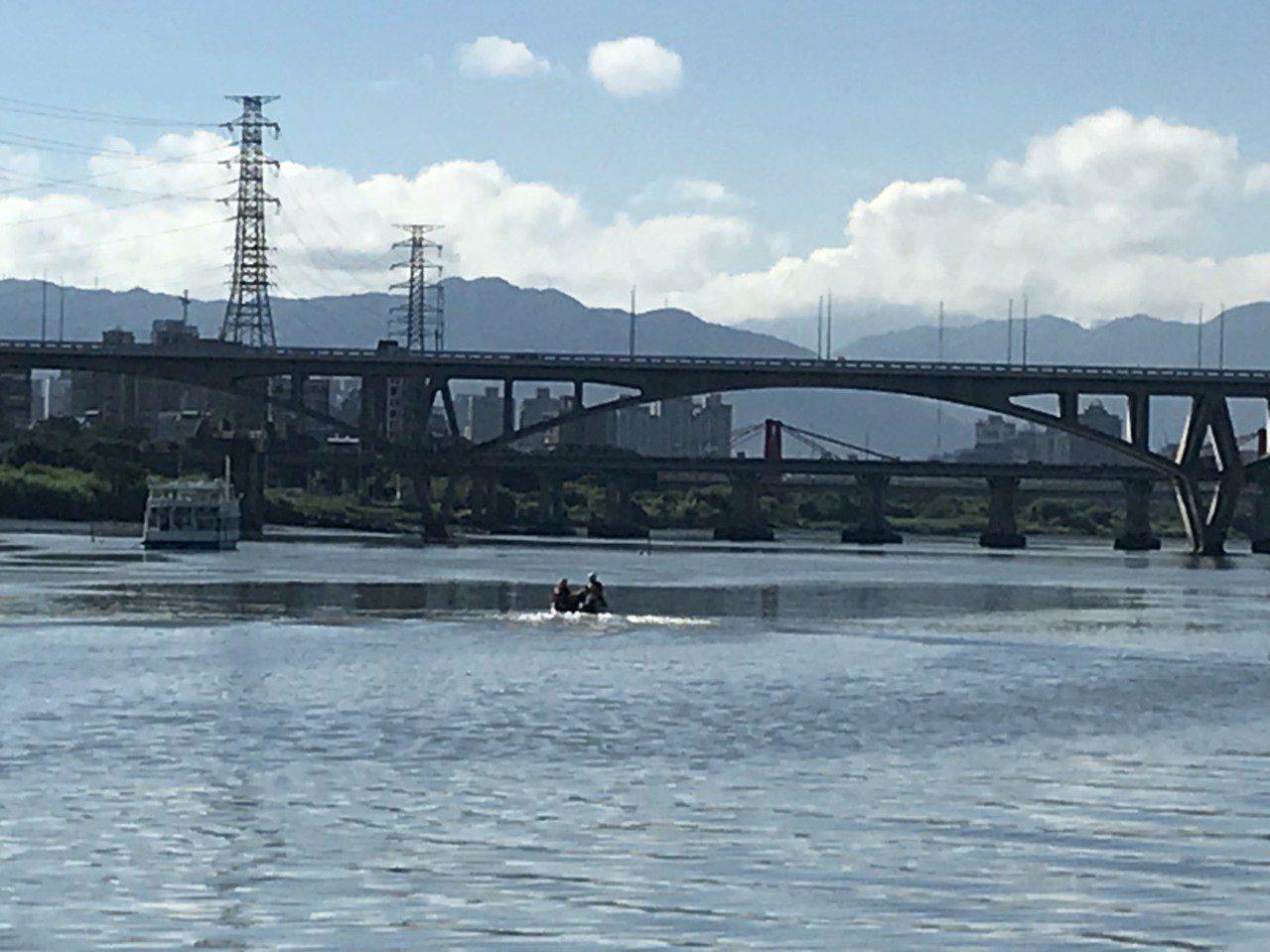 警消目前仍在搜尋跳橋的陳姓男子。記者袁志豪/翻攝