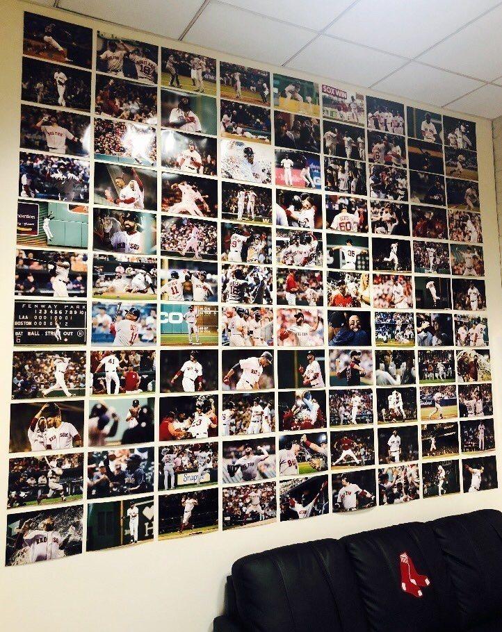 紅襪教頭柯拉的辦公室牆面,貼有每場勝仗的比賽照片。圖/擷自波士頓先鋒報記者Mic...