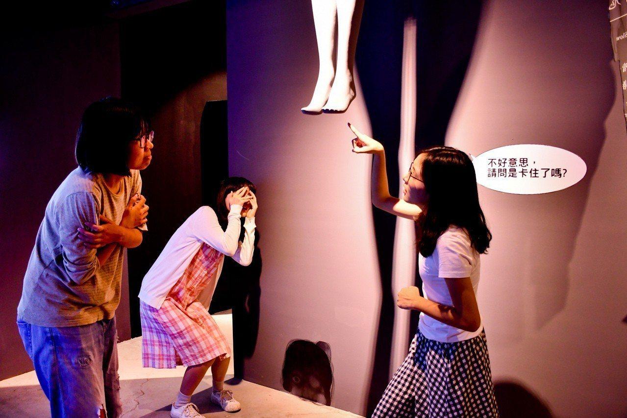 「百鬼夜行誌」凶宅中,漫畫家阿慢展現搞笑又恐怖的各種怪奇體驗。記者蔡容喬/攝影
