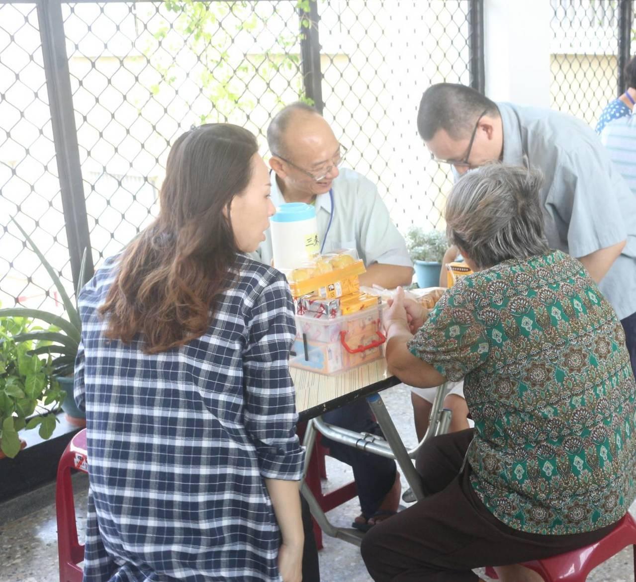 謝志宏(右站立著)與家屬會面。記者綦守鈺/翻攝