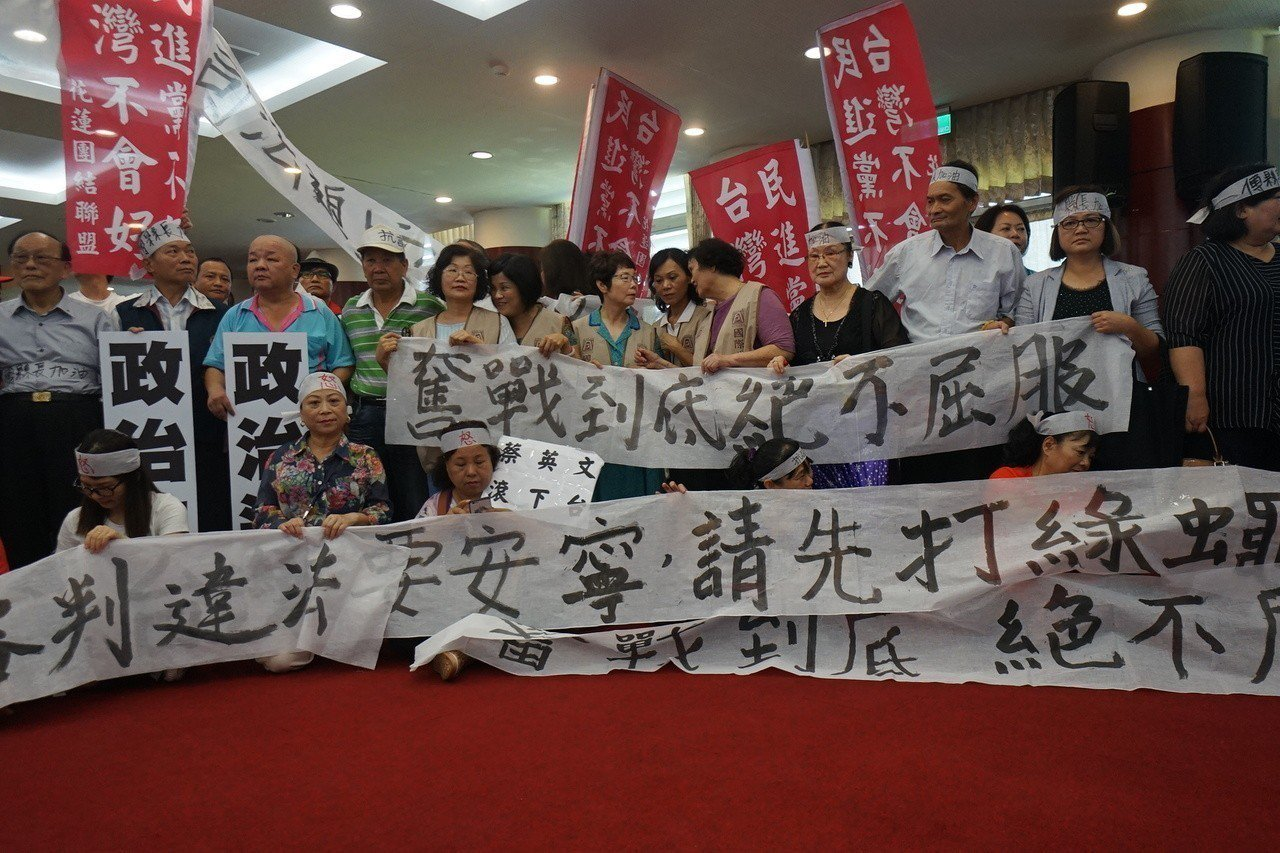 不少支持者湧入縣府,為傅崐萁加油。記者王燕華/攝影