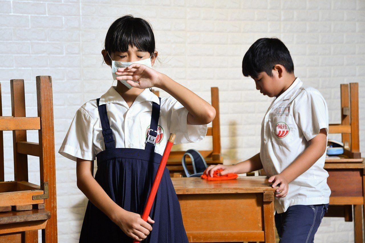 為了避免過敏,醫師建議,學童在學校打掃環境或是擦拭窗戶時,應該戴上口罩。圖/陳映...
