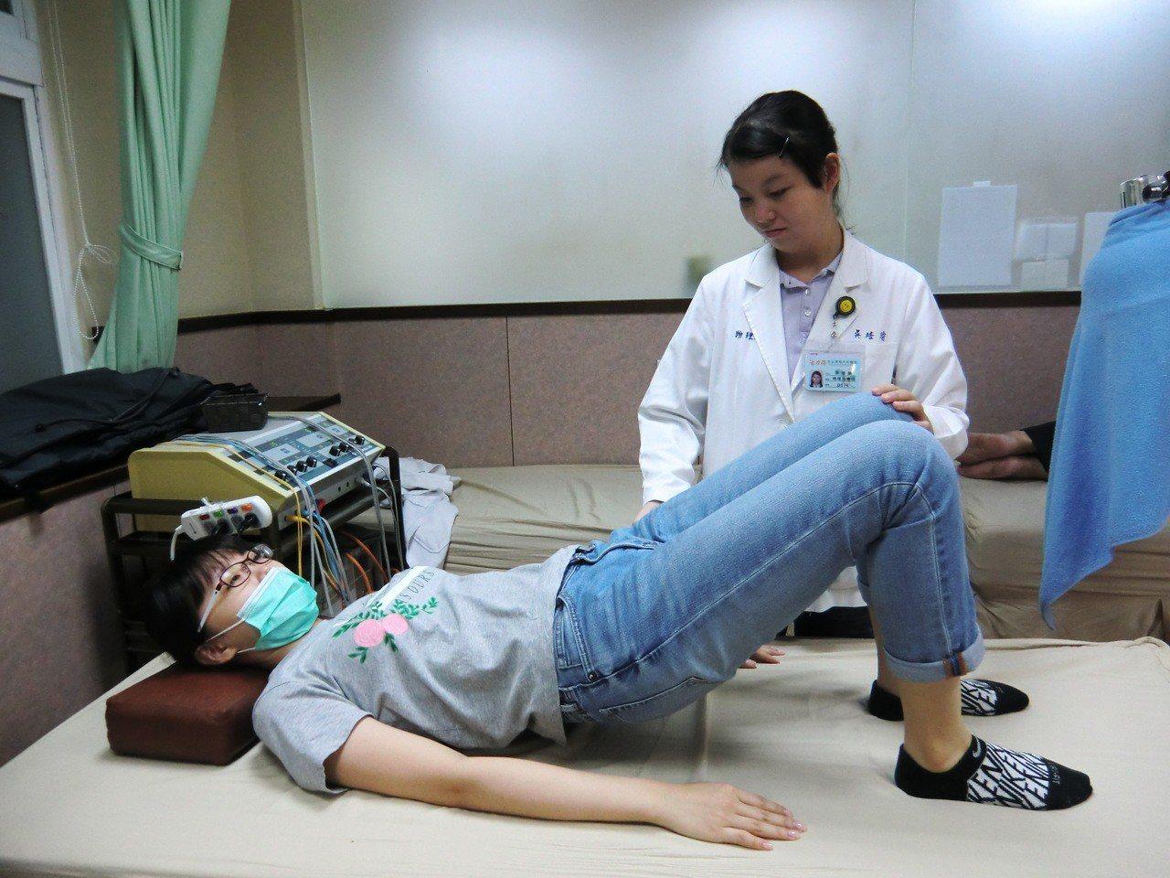 第一招橋式:平躺在床,彎屈膝蓋,雙腳踩穩在床,並將雙手放置兩側,臀部出力向上抬起...
