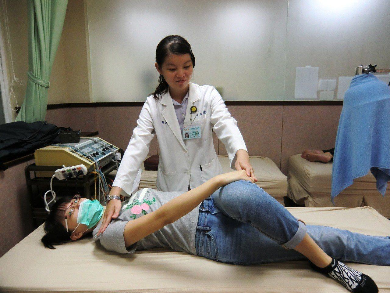 第二招髂脛束伸展:平躺在床,欲伸展腳跨越對側腳,對側手抓住大腿後側往該方向帶,直...