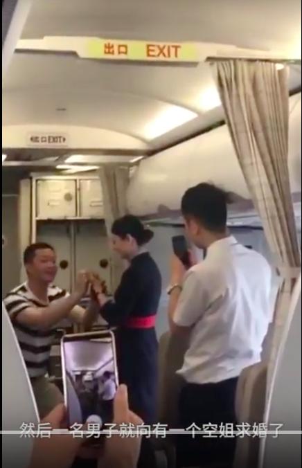 東方航空空姐在執勤時,突然看到男友下跪求婚,激動落淚,並點頭同意。但下飛機後,即...