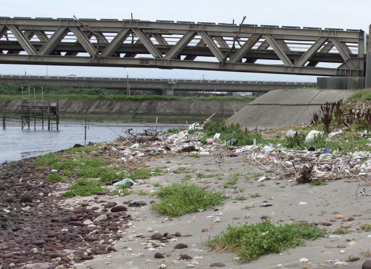 桃園市沿海岸線長長期欠缺維護,海岸堤防破壞,海岸管理處將在10月底前招募成立10...