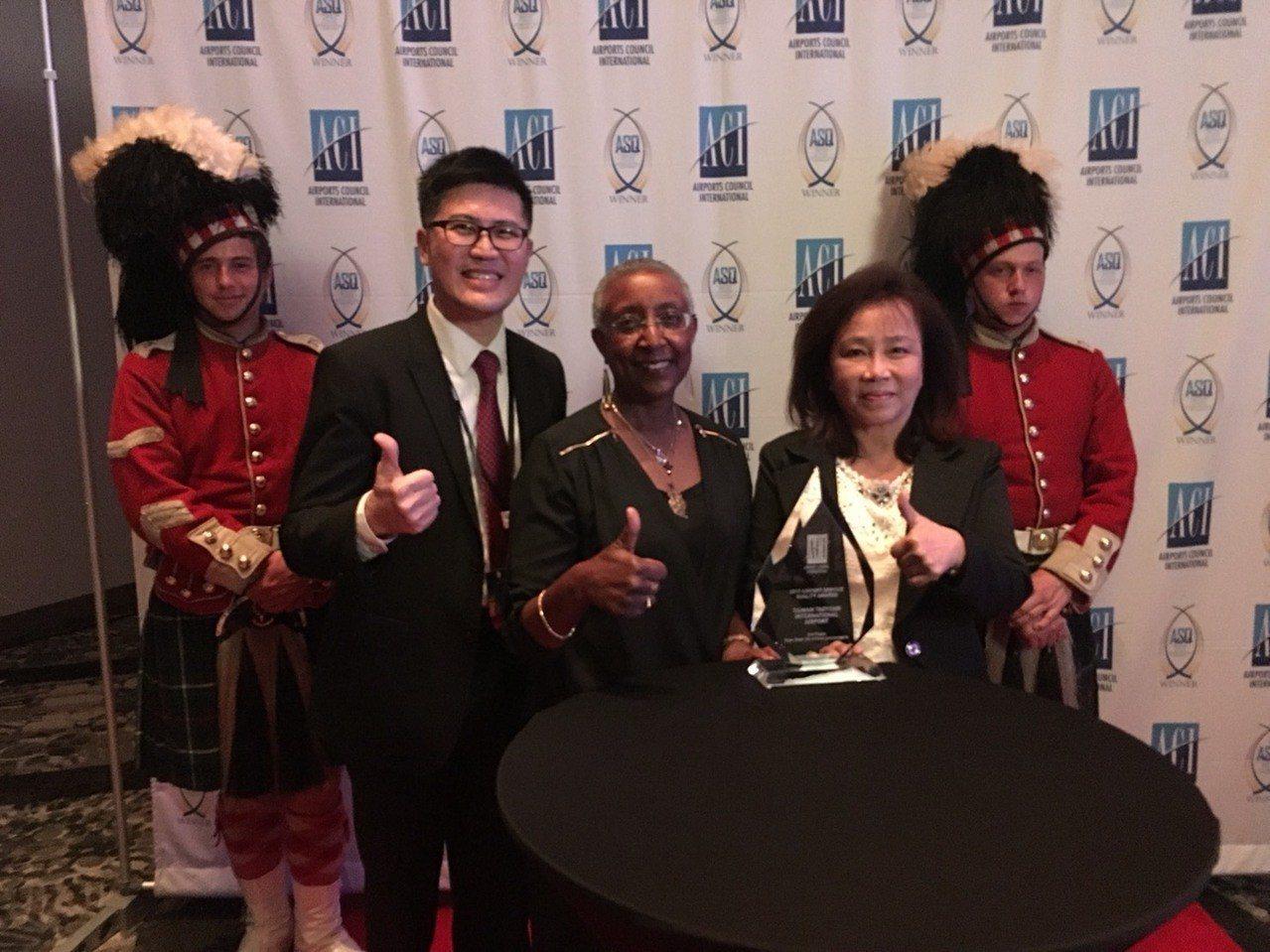 桃機公司獲獎,在加拿大舉辦的論壇桃園國際機場公司副總經理洪玉芬(右二),與國際機...
