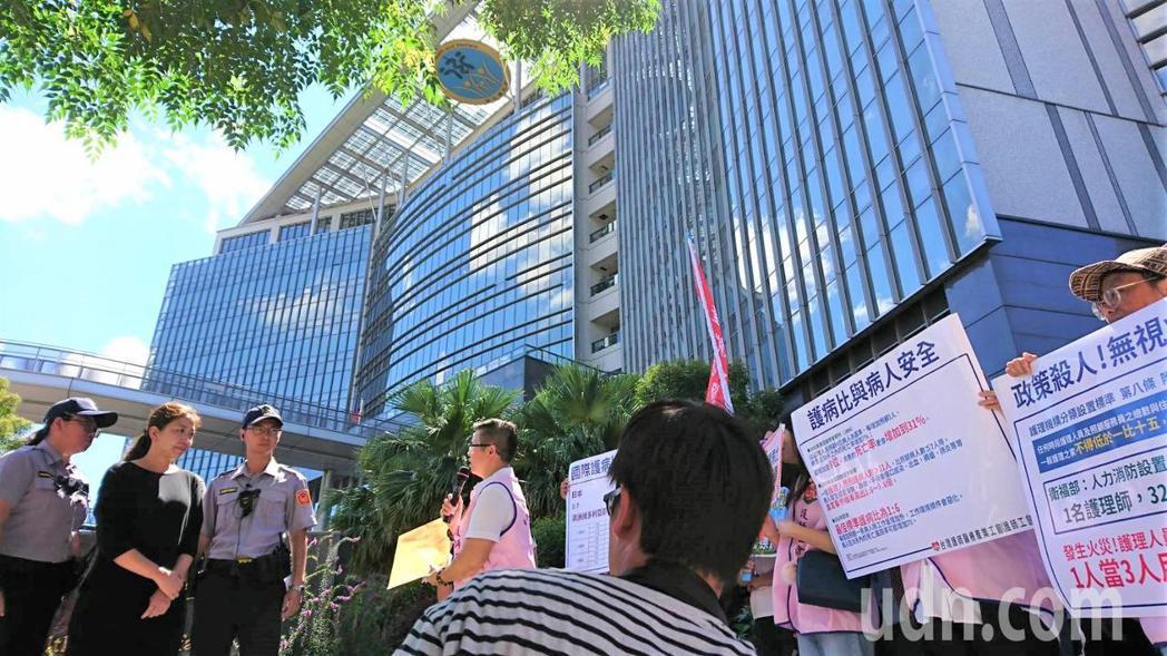 台灣護師醫療產業工會盼立法明訂「三班護病比」、每班皆為1:7,而非含混訂定「全日...