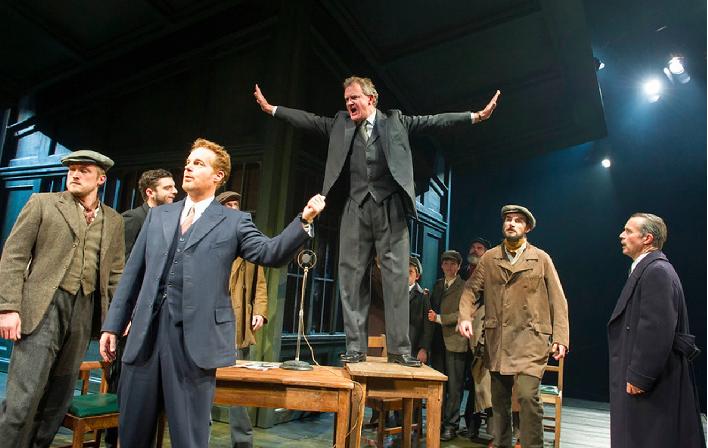 德國劇團話劇《人民公敵》日前在北京公演,有觀眾在與劇中演員互動時高喊「我們希望有...