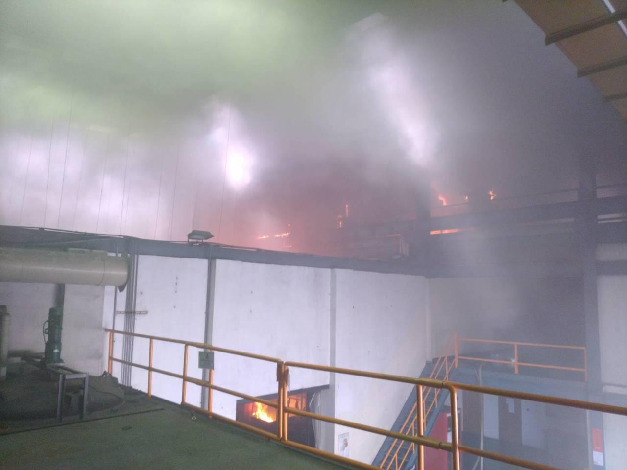 桃園市觀音工業區上市公司佳龍科技工廠今天上午突然起火,大火濃煙竄出衝天,遠處2、...