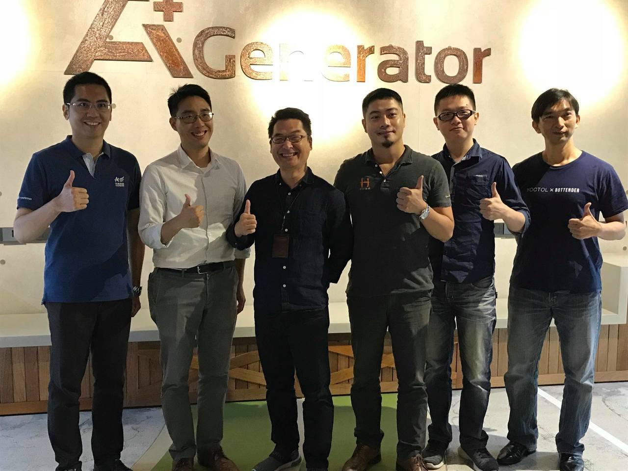 精誠AGP營運長蔣居裕(左3)介紹入選AGP計畫新創團隊亮相。記者蔡銘仁/攝影