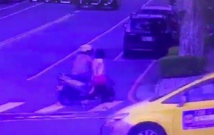 林嫌騎機車靠近被害人,趁機襲胸或摸臀。記者林昭彰/翻攝