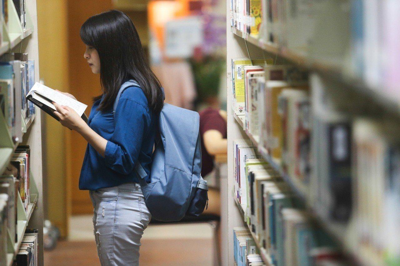 中山醫學大學四年級學生詹元妤每學期學費約5萬元,在外租屋生活費約3萬元,一學期8...