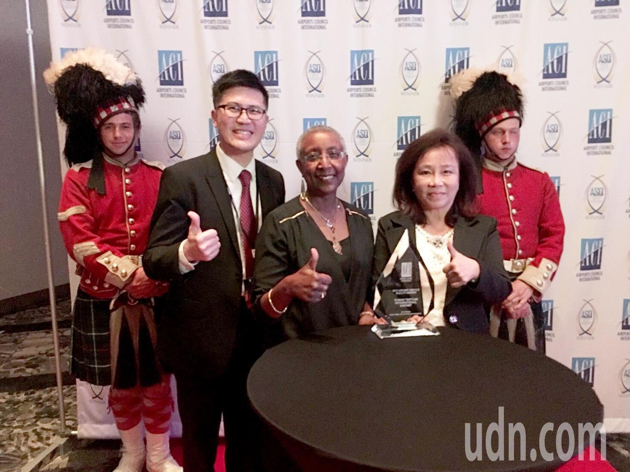 桃園國際機場公司副總經理洪玉芬(右二),與國際機場協會主席Angela Gitt...