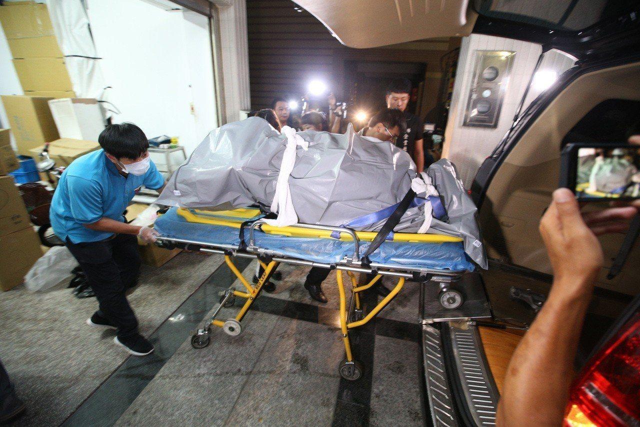 丁姓死者屍體經漏夜挖鑿,移出冰櫃。 聯合報系資料照片/記者劉學聖攝影