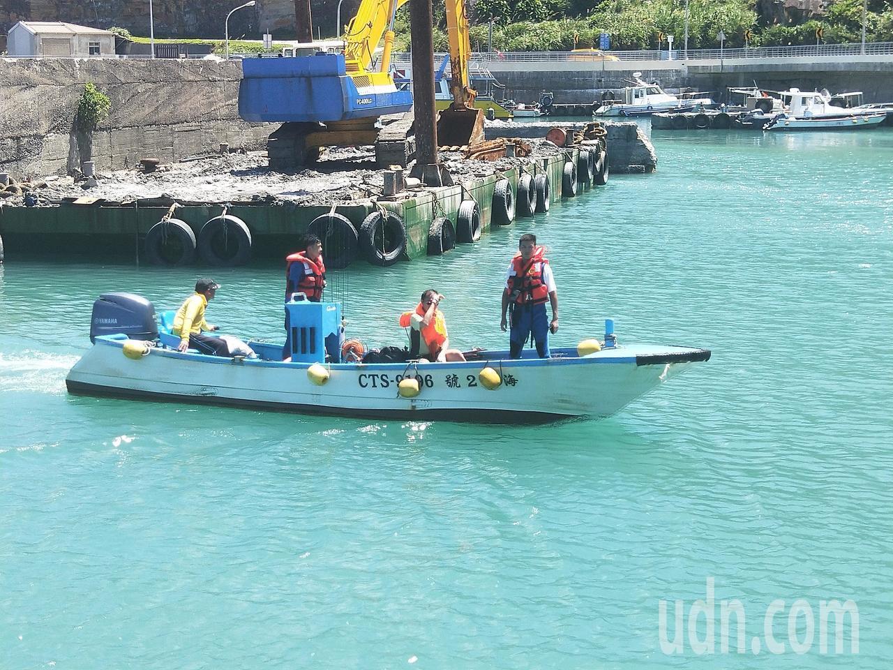 鄭姓船長中午被救出送醫。記者游明煌/攝影