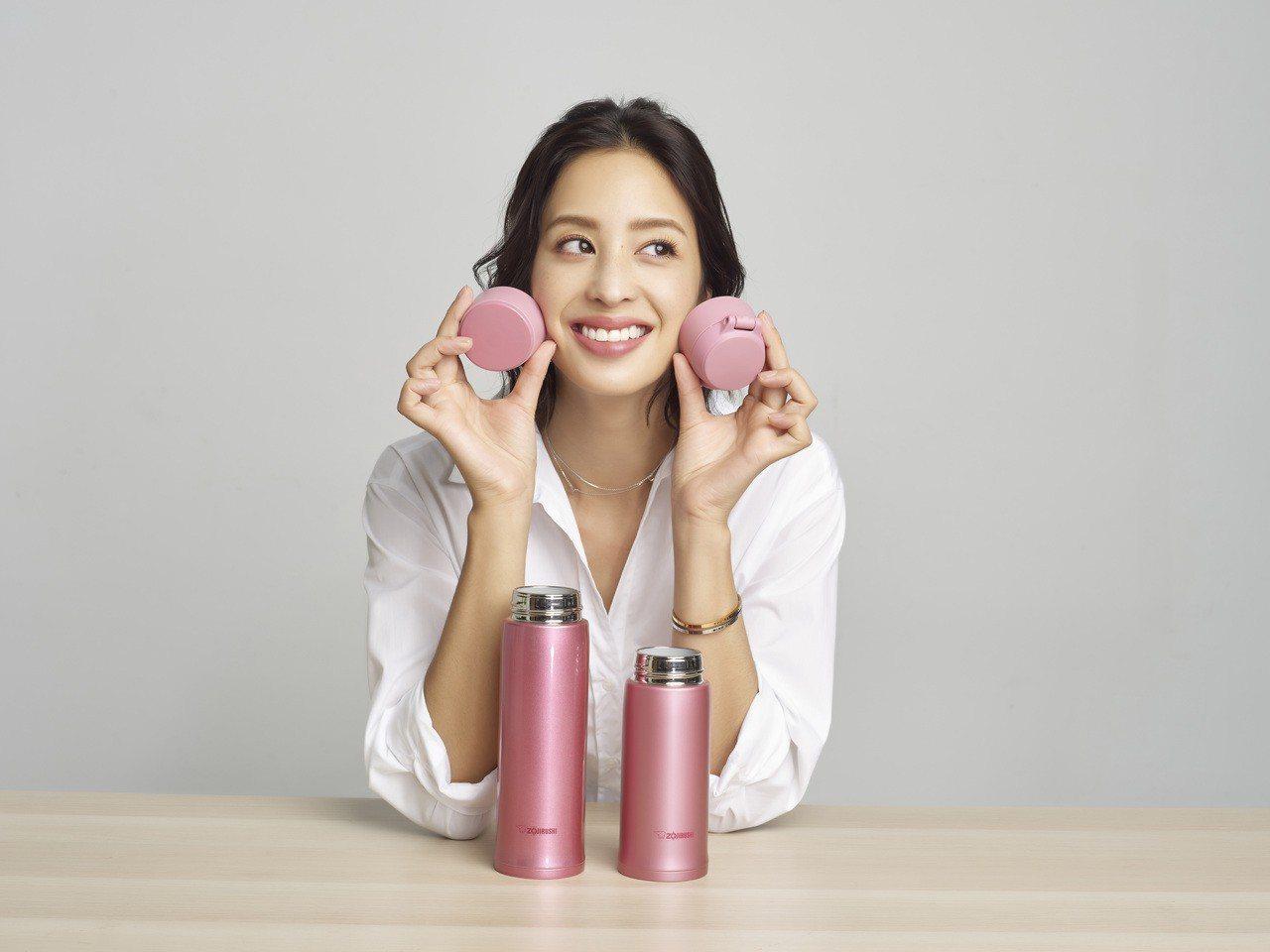 莫允雯此次擔任象印保温瓶系列代言人,俏皮展現此次可換瓶蓋設計的特色。圖/象印提供