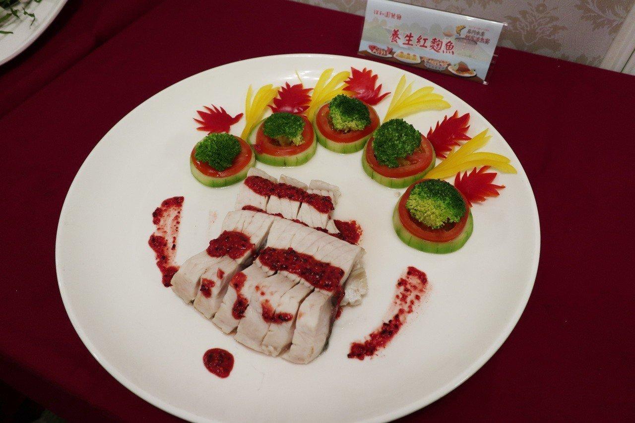 「2018桃園石門活魚節」,店家特地設計新菜色「養生紅麴魚」。記者許政榆/攝影