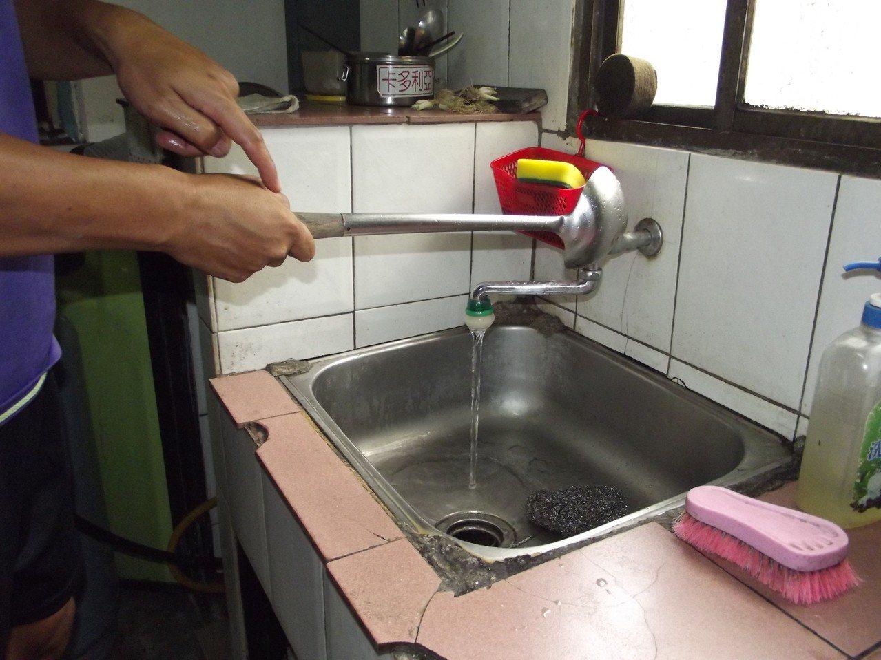 洗碗也會被電到,要用大湯勺關水龍才不會被電到。記者謝恩得/攝影