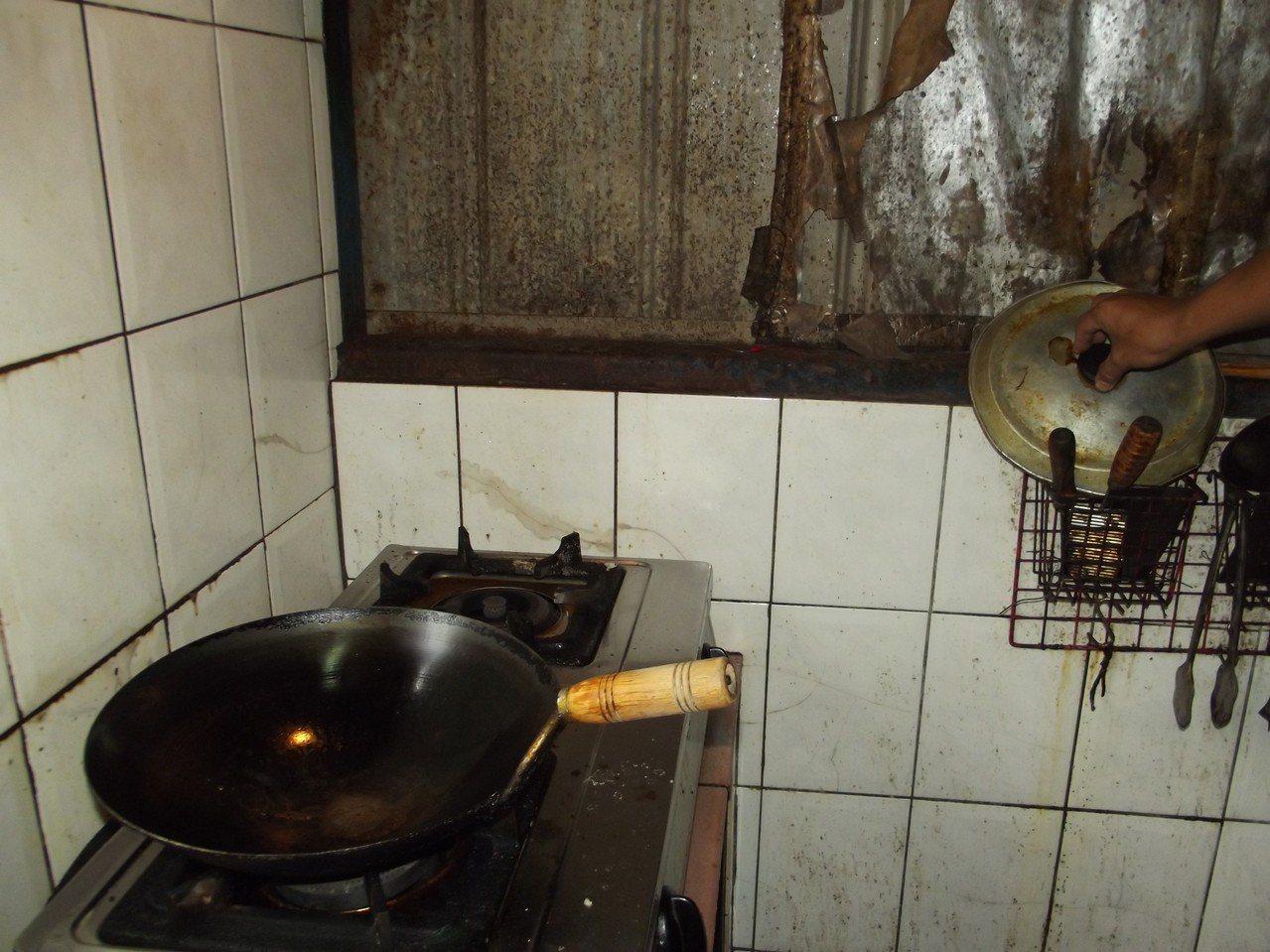 何姓村民在廚房拿鍋具就被電到,多年來也不敢用水清洗。記者謝恩得/攝影