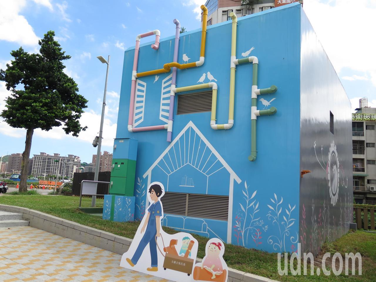 朝陽水語教育園區的東門溪截流站牆面彩繪「桃園藍晒圖」童趣可愛。記者張裕珍/攝影