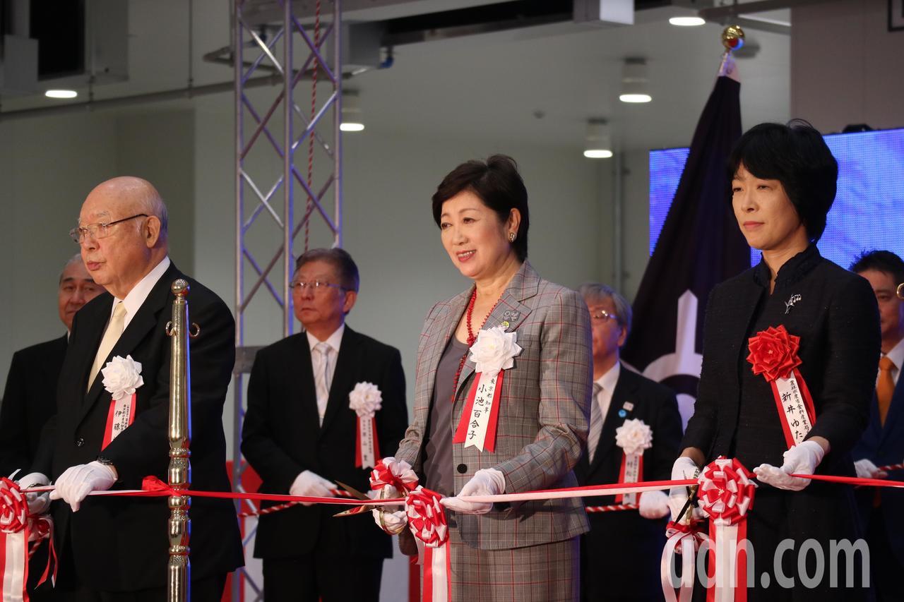 東京都知事小池百合子(圖中)領銜,豐洲市場上午舉行啟用典禮,下月將正式對外營業。...