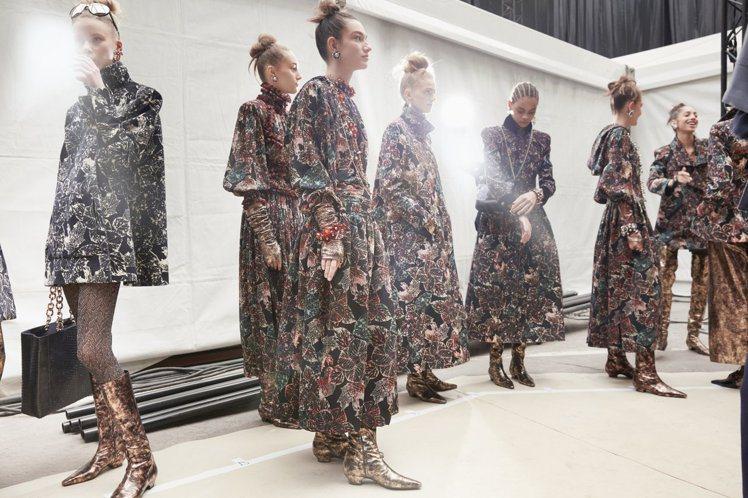 以長洋裝、短裙、大衣等單品搭配靴款,像是俏皮的林間精靈。圖/香奈兒提供