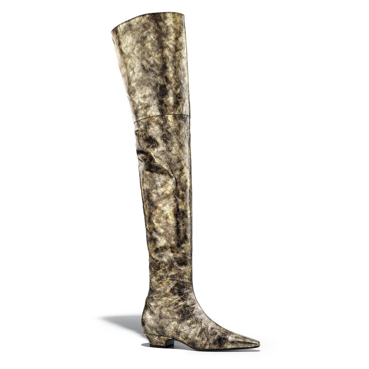 金色樹皮印花皮革過膝長靴,69,700元。圖/香奈兒提供