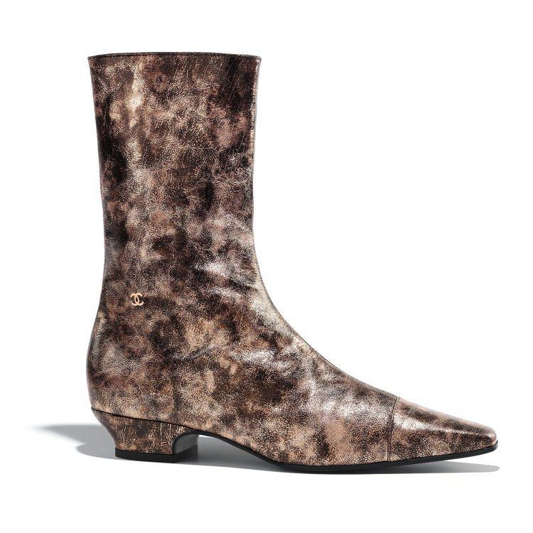 古銅色樹皮印花皮革短靴,44,000元。圖/香奈兒提供