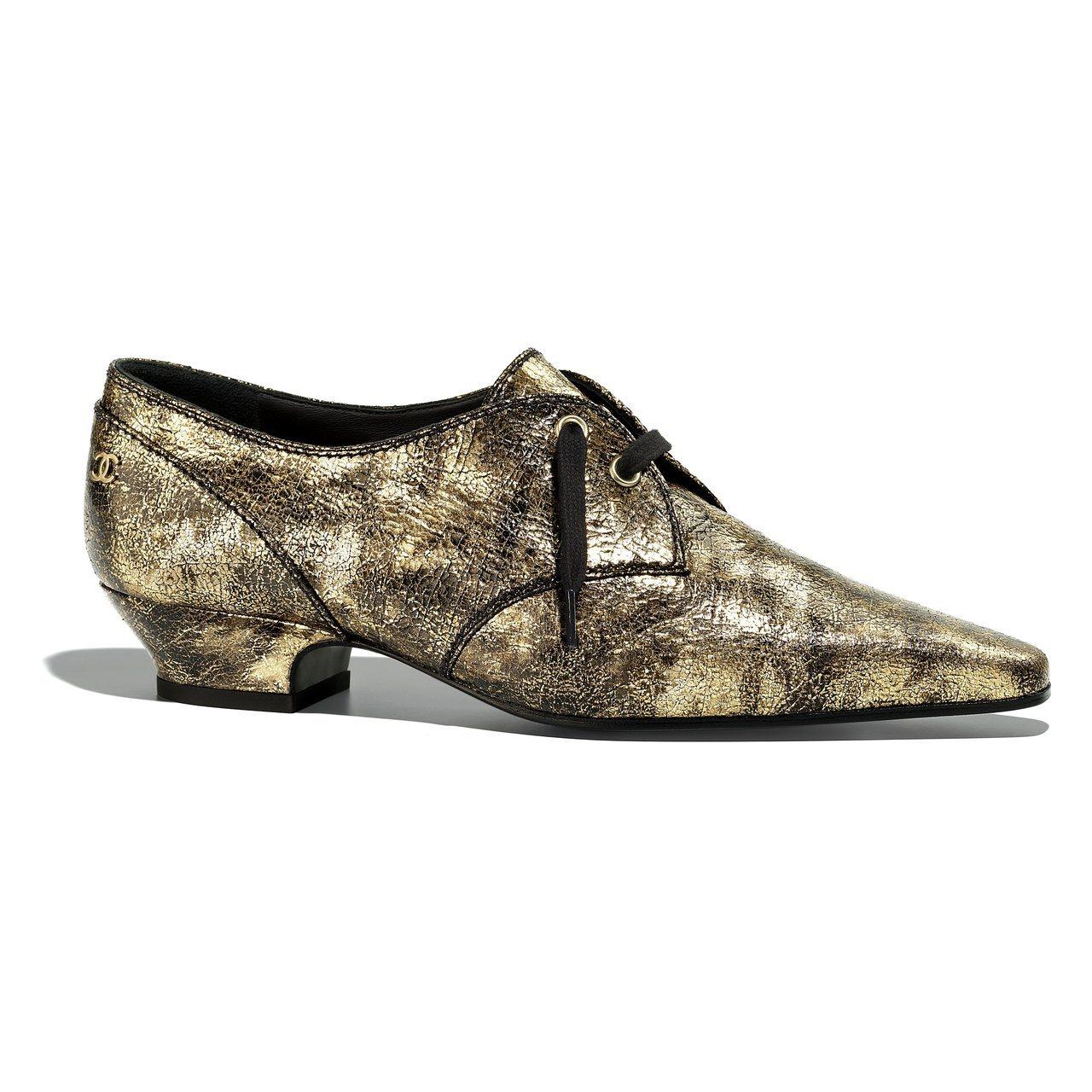金色樹皮印花皮革系帶鞋,29,000元。圖/香奈兒提供