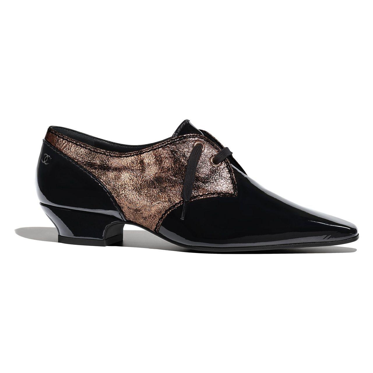 古銅色樹皮印花拼接黑色亮面皮革系帶鞋,29,000元。圖/香奈兒提供