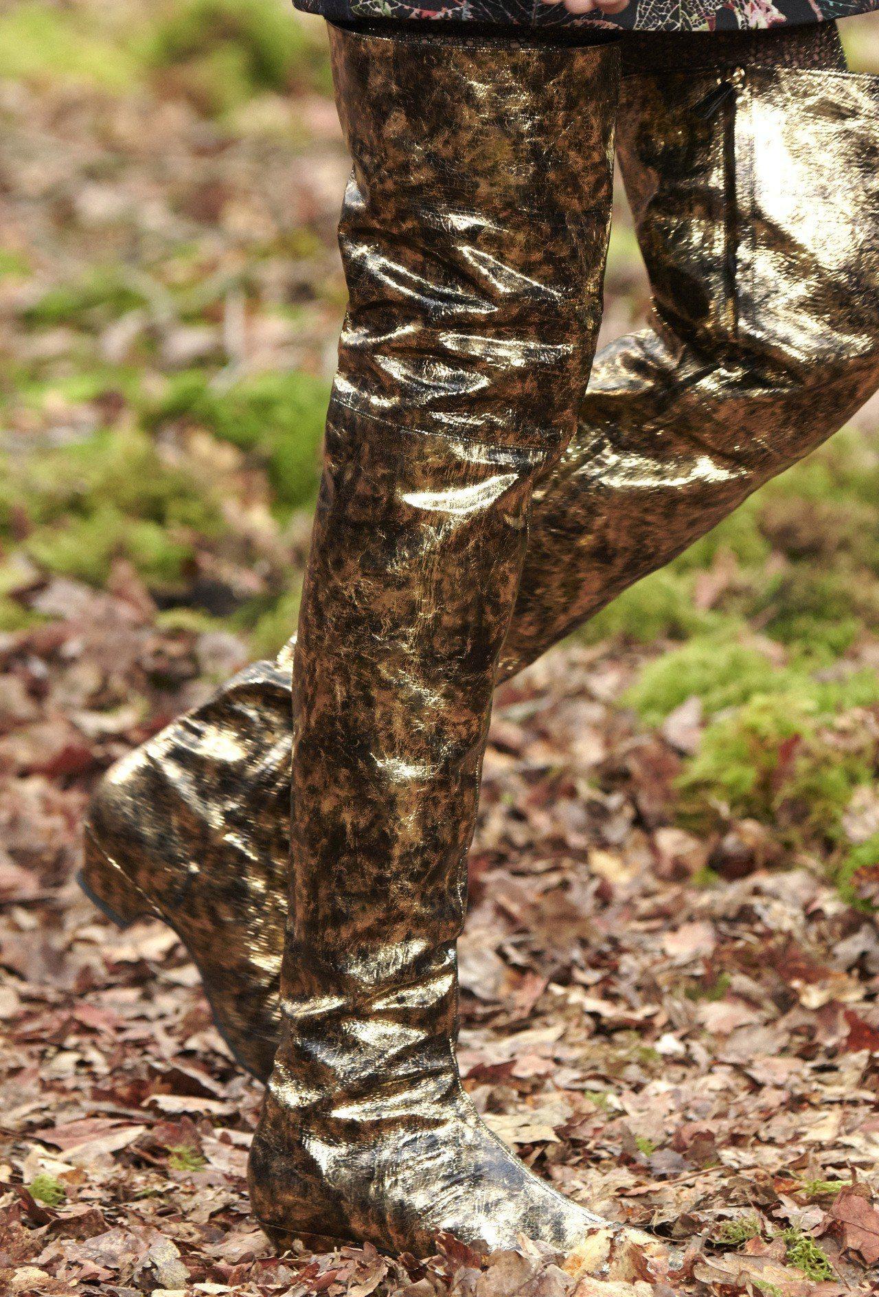 皮革上特意處理的斑剝感效果呈現出陽光灑在樹林間的光影,同時也重現了當初秀上鋪滿樹...