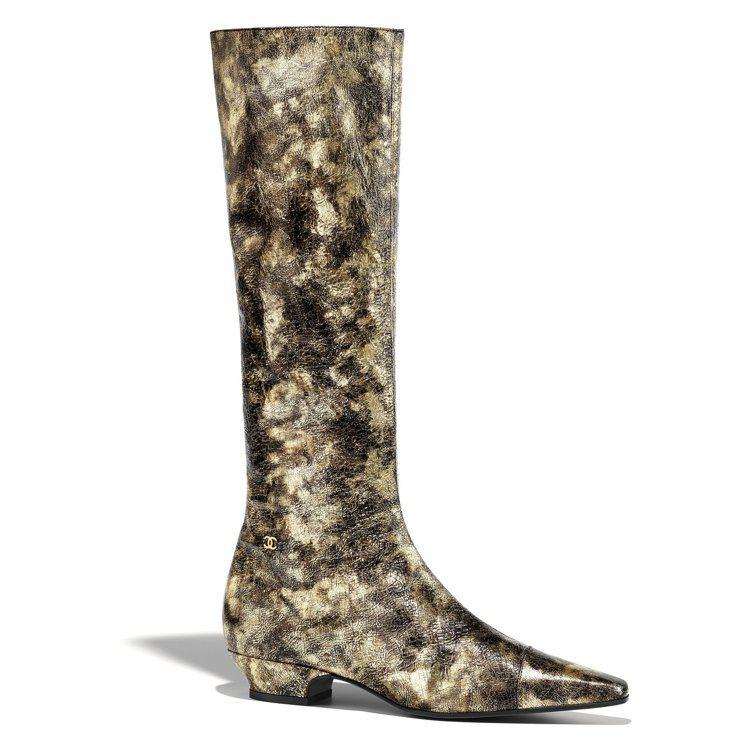 金色樹皮印花皮革長筒靴,51,500元。圖/香奈兒提供