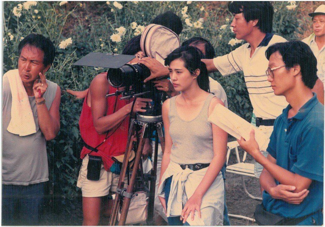 女星王祖賢(右二)30多年前拍攝「芳草碧連天」,穿無袖背心出外景,展露好身材。圖