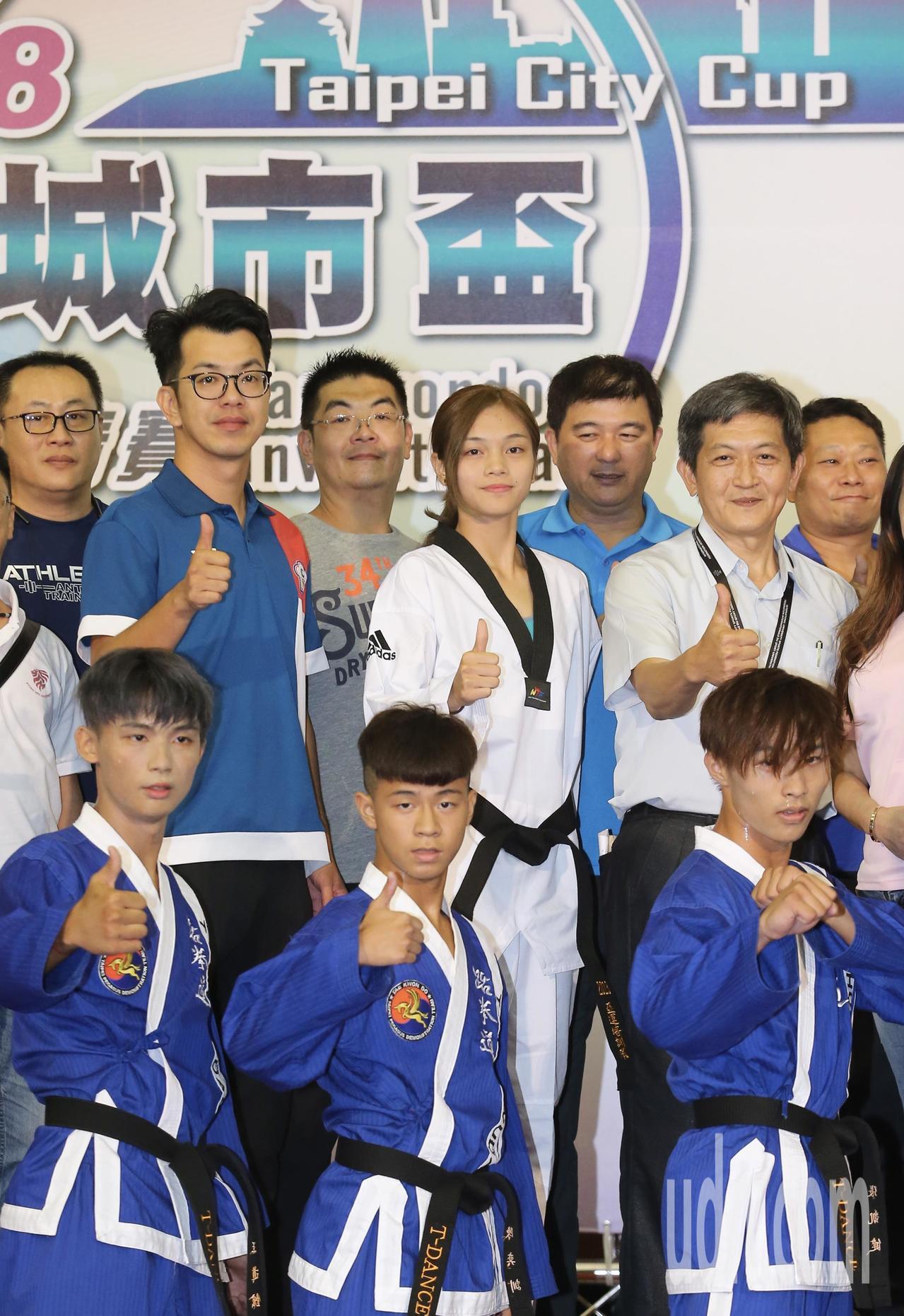 亞運跆拳道金牌得主蘇柏亞(中)與教練蘇泰源(左),一同為城市盃跆拳邀請賽宣傳活動...