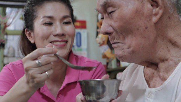 謝美英的父親雖然失智,但常對著她說「妳是好女孩」。圖/謝美英服務處提供