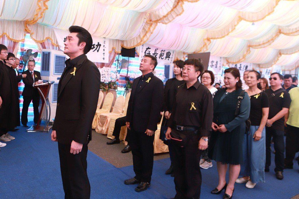 李㼈(左起)等人到場向呂燁濱致哀。圖/民視提供