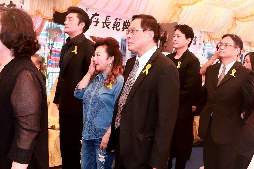 李㼈(左起)白冰冰等人到場向呂燁濱致哀。圖/民視提供