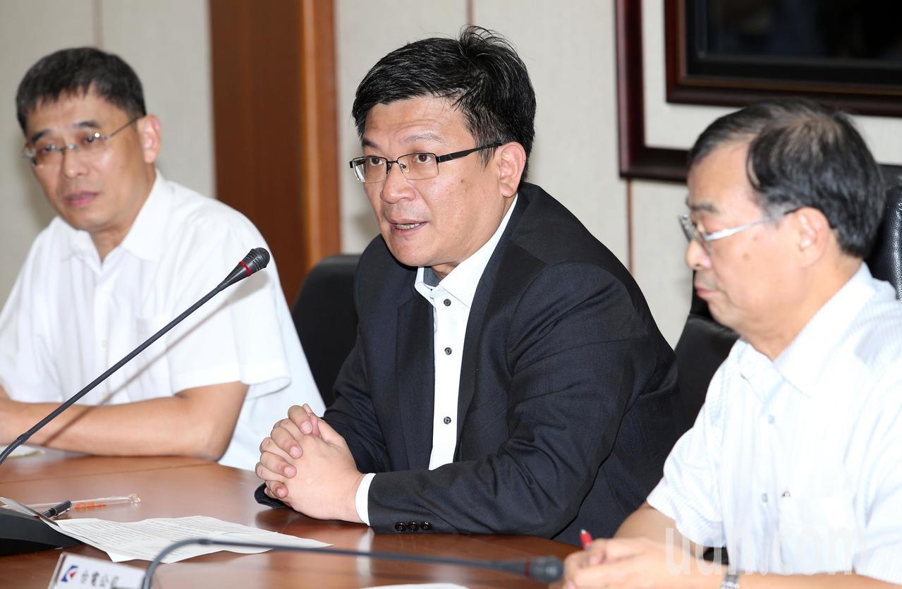 經濟部次長曾文生(中)在記者會表示,審議委員會建議5月也納入電價計費公式,經濟部...