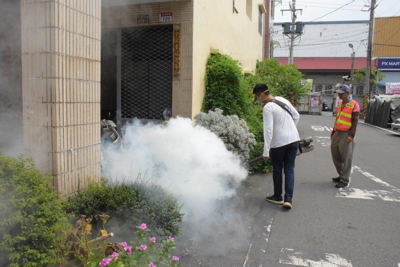 彰化縣政府今天針對登革熱疫區執行第二波化學防治。記者林敬家/攝影