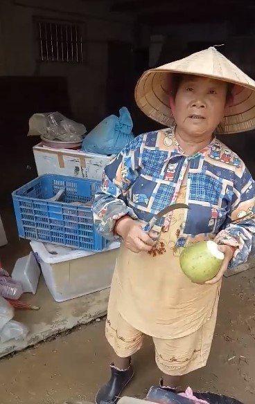 新西街柚子阿嬤家中淹水,鄰居幫忙搶救不少柚子回來。圖/取自基隆人大小事